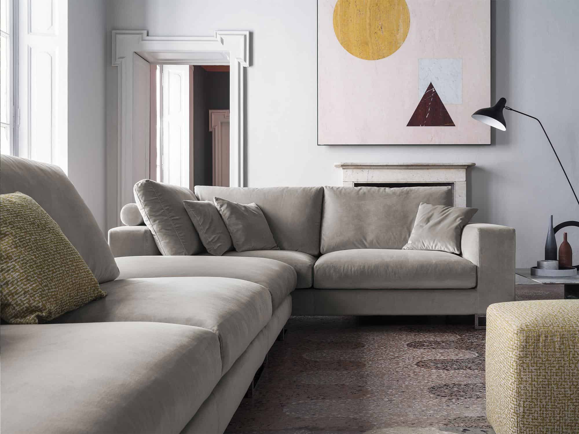 Adriano – Cuscini di ampie dimensioni ne distinguono il comfort. Numerosi elementi ne amplificano la varietà compositiva – Petalo Cenere