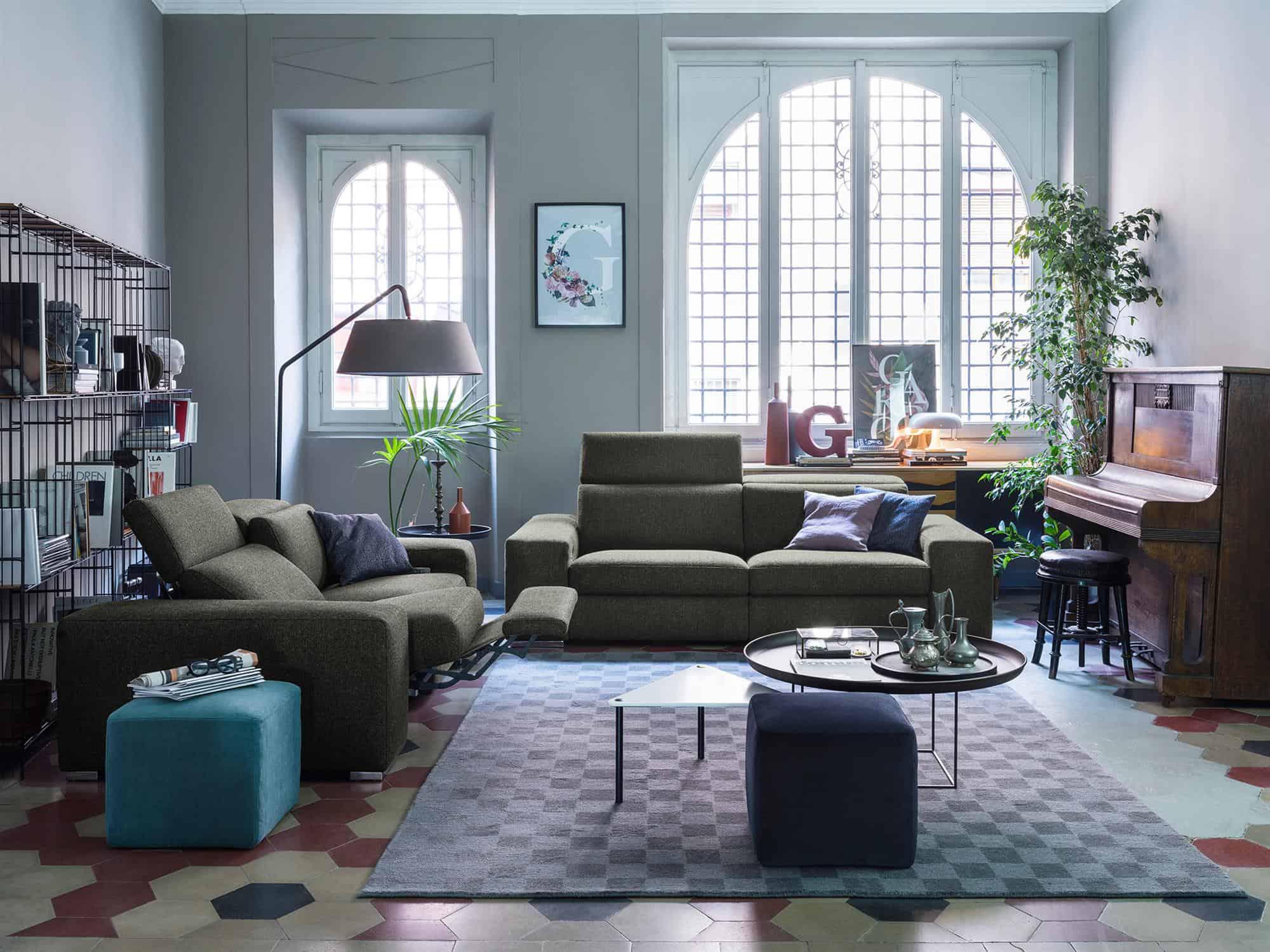 Bellagio large – Abbandonati ad un totale relax con i meccanismo di movimento della seduta reclinabile.  Composizione di divani Relax 3 posti XL e 3 posti – Tessuto Pepe Assenzio
