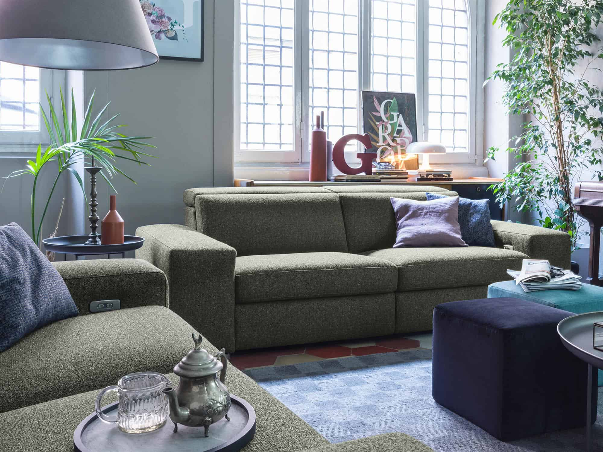 Bellagio large – Composizione Relax di divani 3 posti XL e 3 posti (in primo piano) – Tessuto Pepe Assenzio