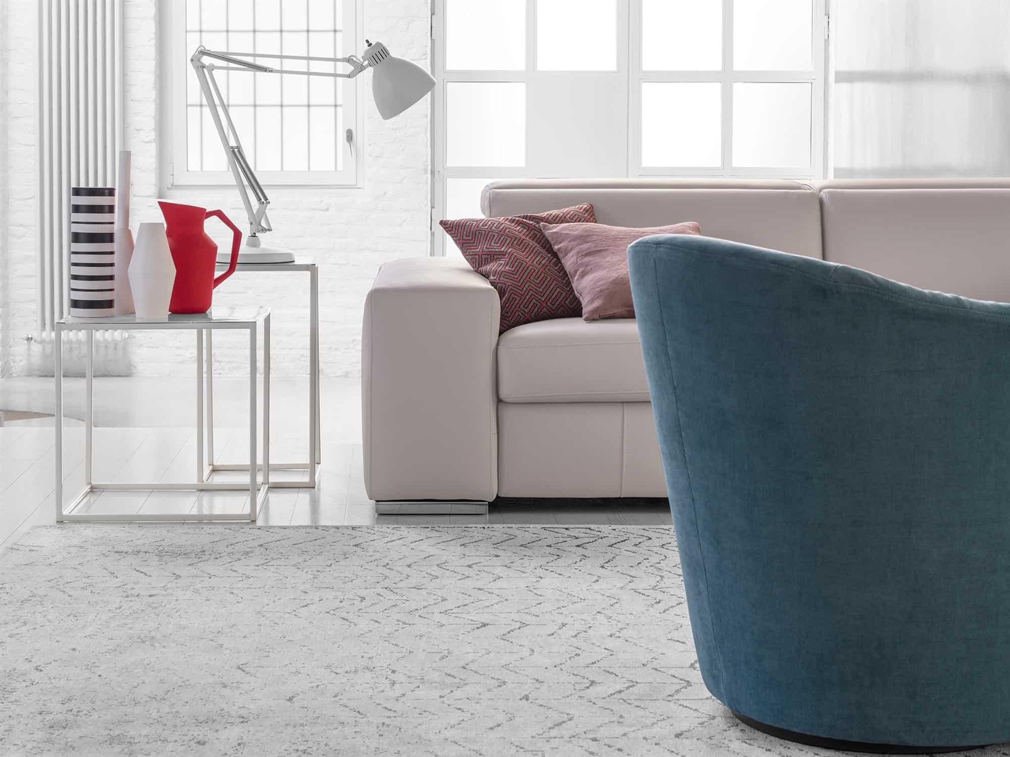 Bellagio large – Il bracciolo geometrico poggia su piedino in metallo cromato: elegante abbinamento con tutti i rivestimenti a scelta – Pelle Venere Perla