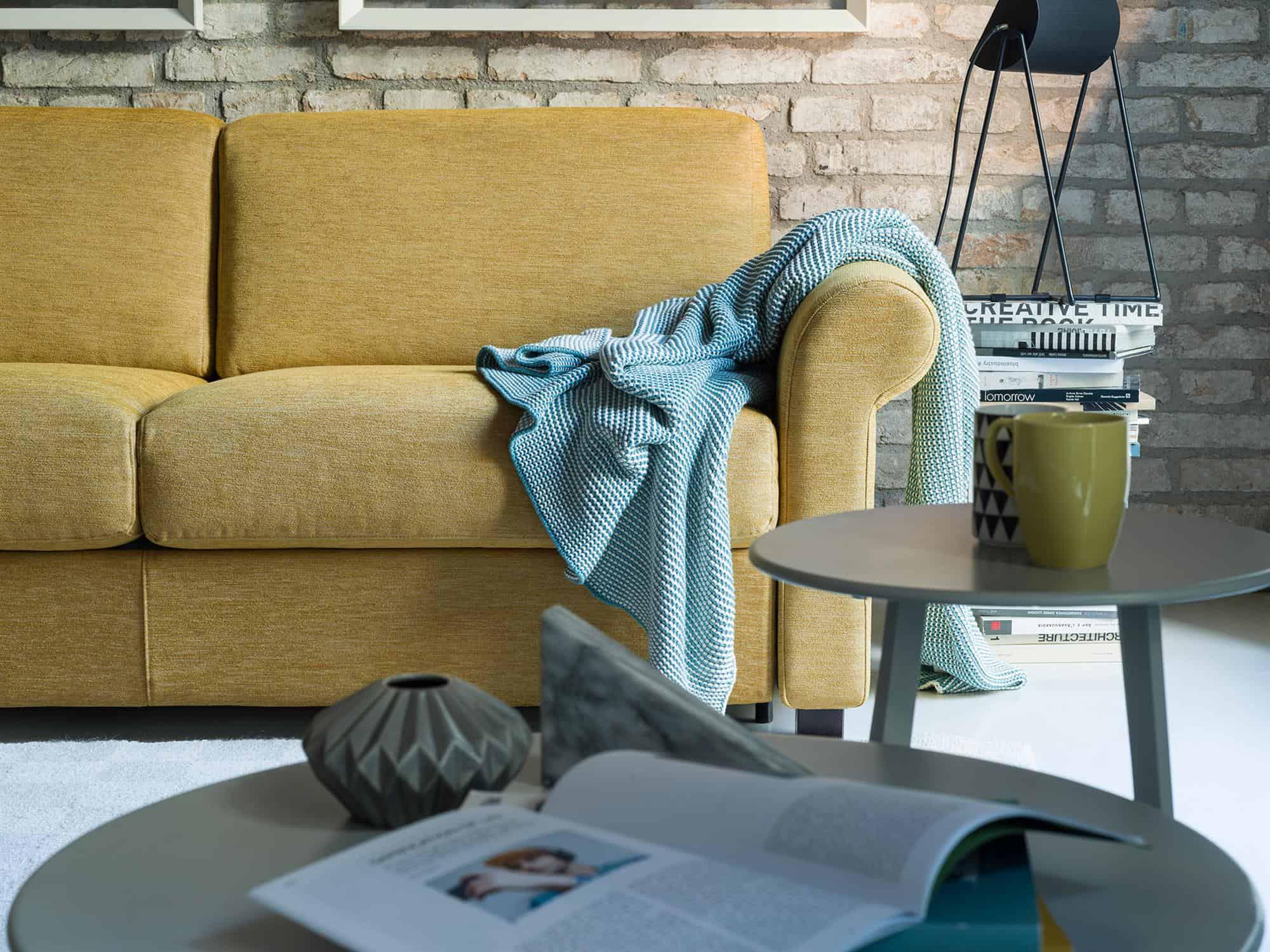 """Amerigo classic – Il bracciolo """"Classic"""" definisce questa variante del modello Amerigo donandogli un caratteristico tocco vintage – Tessuto Sintonia Senape"""