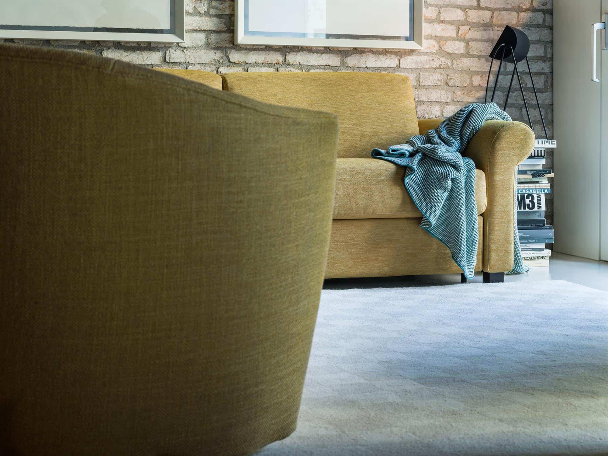 Amerigo classic – Un divano sobrio che può nascondere un meccanismo letto che non ne altera la forma. Disponibile in diverse composizioni e misure. – Tessuto Sintonia Senape
