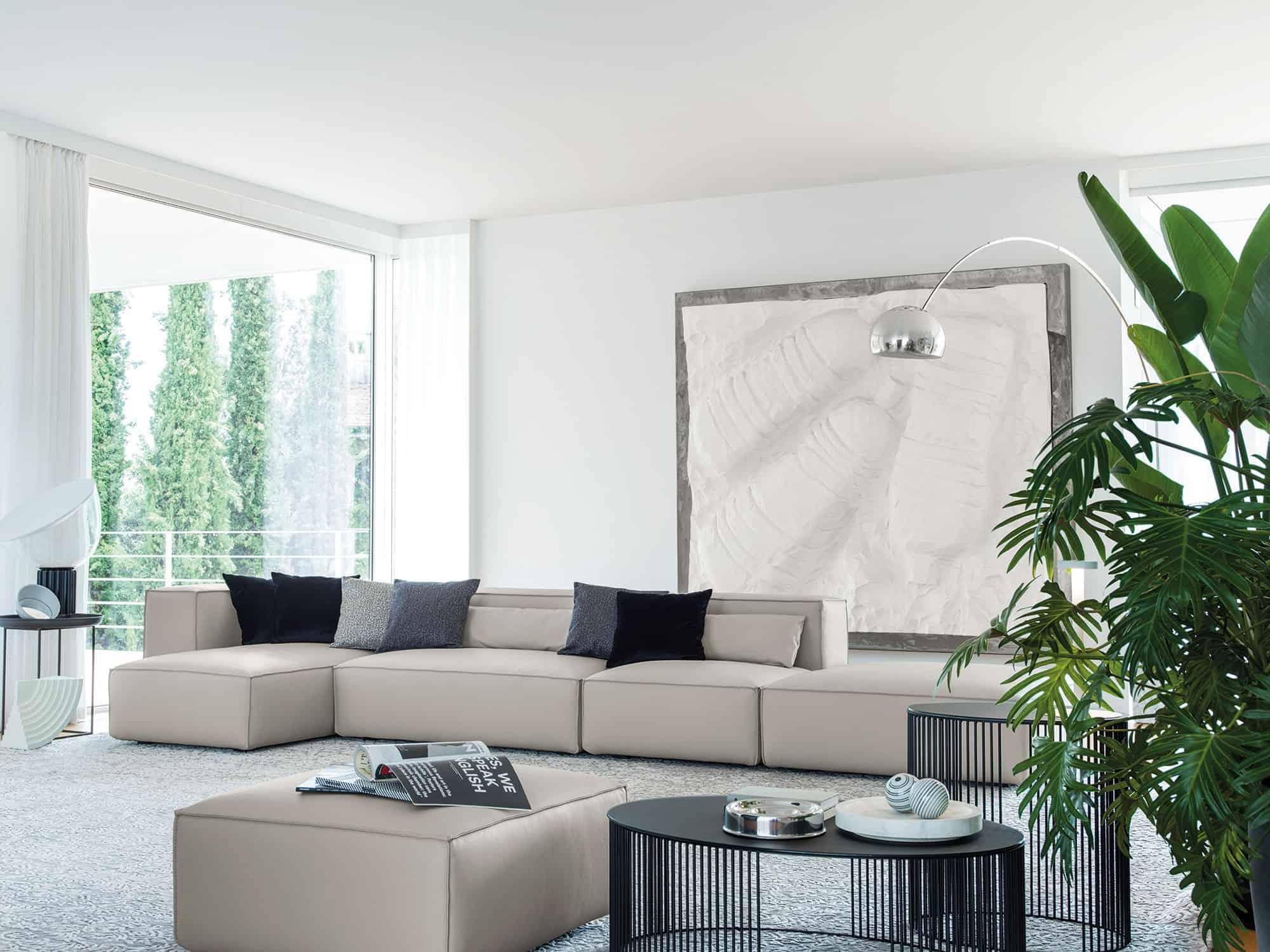 Lido – Composizione a moduli liberi – 445×160 + pouf – Pelle Venere Nuvola