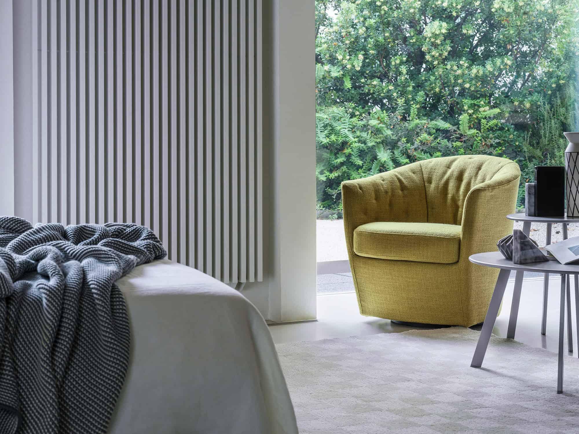 Costantina – Sospesa su un celato vassoio girevole che enfatizza il suo aspetto composto e ordinato – 72×72 – Tessuto Diesis Acacia
