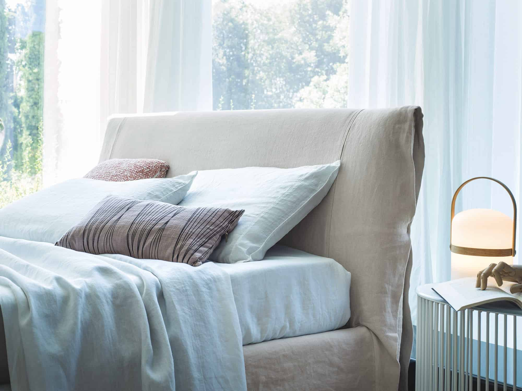 Miranda – Testiera letto capace di offrirti un morbido appoggio nelle letture serali – Linum Nuvola con risvolto interno in contrasto Linum Cenere